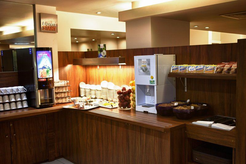 Londýn - hotel Holiday Inn Express Croydon - snídaňový bufet